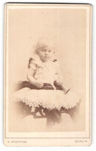 Fotografie G. Steffens, Berlin, Portrait kleines Mädchen in Kleid