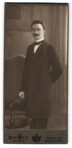 Fotografie Otto Witte, Berlin-SO, Portrait Herr in Abendgarderobe mit Zwicker