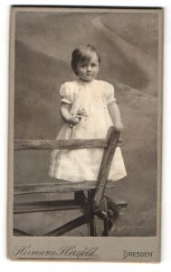 Fotografie Hermann Herzfeld, Dresden, Portrait kleines Mädchen in Kleid