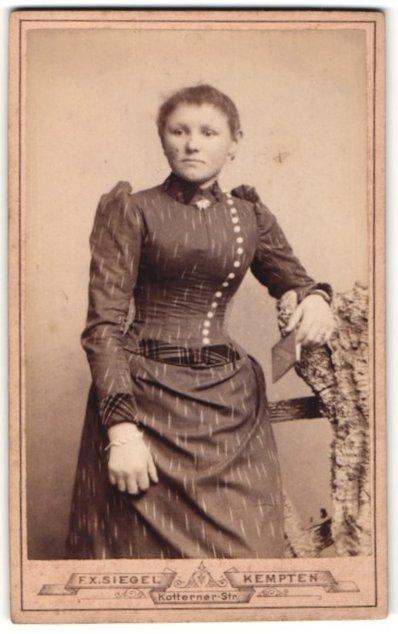 Fotografie F. X. Siegel, Kempten, Portrait Fräulein in Kleid