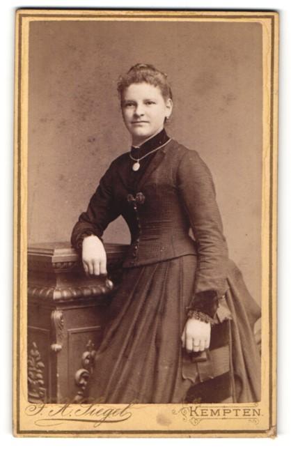 Fotografie F. X. Siegel, Kempten, Portrait junge Frau in Kleid
