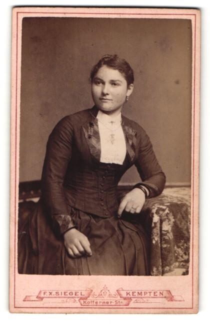 Fotografie F. X. Siegel, Kempten, Portrait junge Frau mit zusammengebundenem Haar