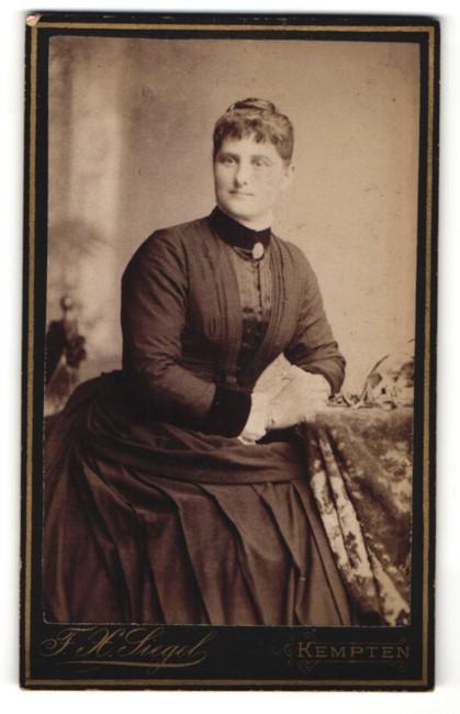 Fotografie F. X. Siegel, Kempten, Portrait Dame in zeitgenöss. Garderobe