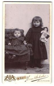Fotografie Herm. Schulze, Bischofswerda, Portrait Mädchen mit Puppe und kleine Schwester