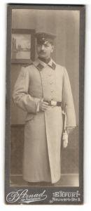 Fotografie P. Strnad, Erfurt, Portrait Soldat in Uniformmantel mit Schulterklappen mit Paspelierung
