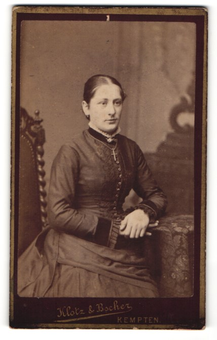 Fotografie Klotz & Bscher, Kempten, Portrait junge Frau mit Kruzifix