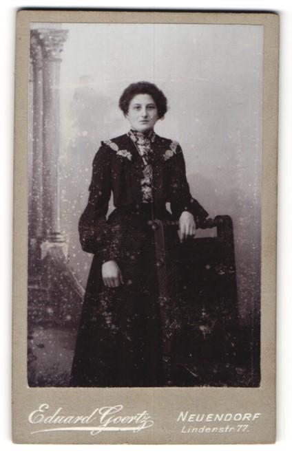 Fotografie Eduard Goertz, Neuendorf, Portrait Frau in zeitgenöss. Garderobe