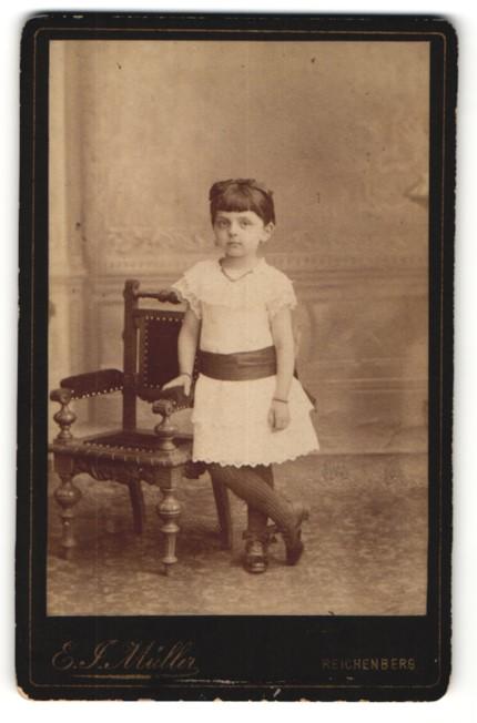 Fotografie E. J. Müller, Reichenberg, Portrait kleines Mädchen in Kleidchen