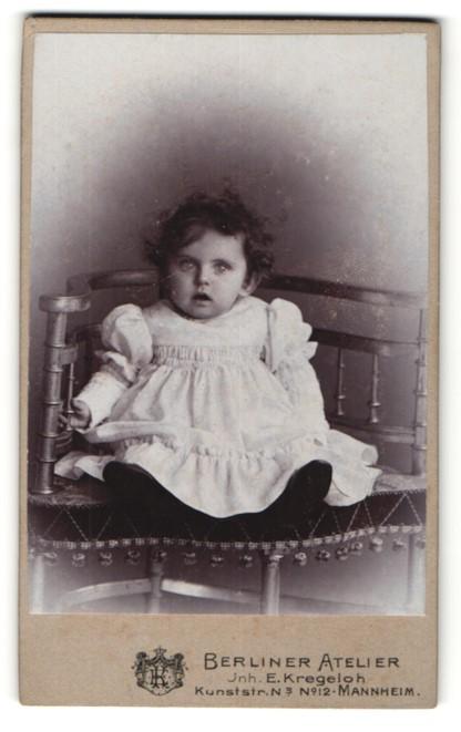 Fotografie E. Kregeloh, Mannheim, Portrait Kleinkind mit grossen Augen