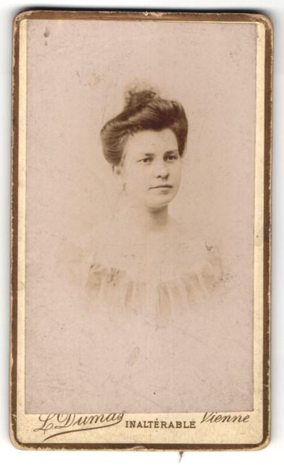 Fotografie L. Dumas, Vienne, Portrait junge Dame mit Hochsteckfrisur