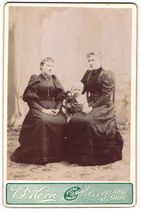 Fotografie B. Korn, Cleveland, OH, Portrait zwei junge Damen und Kleinkind mit Puppe, USA