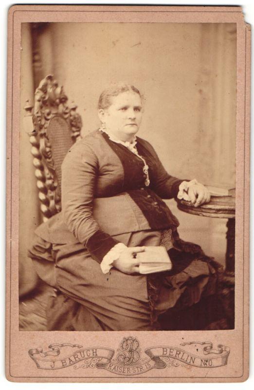 Fotografie J. Baruch, Berlin-NO, Portrait Frau in Kleid mit Buch