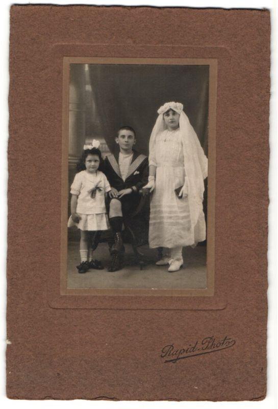 Fotografie Rapid, unbekannter Ort, Portrait Mädchen in festlichem Kleid mit Schleier, Bub und kleines Mädchen