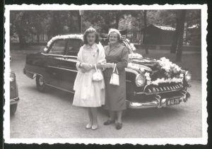 Fotografie Auto Opel, Damen vor geschmückter Hochzeits-Limousine stehend