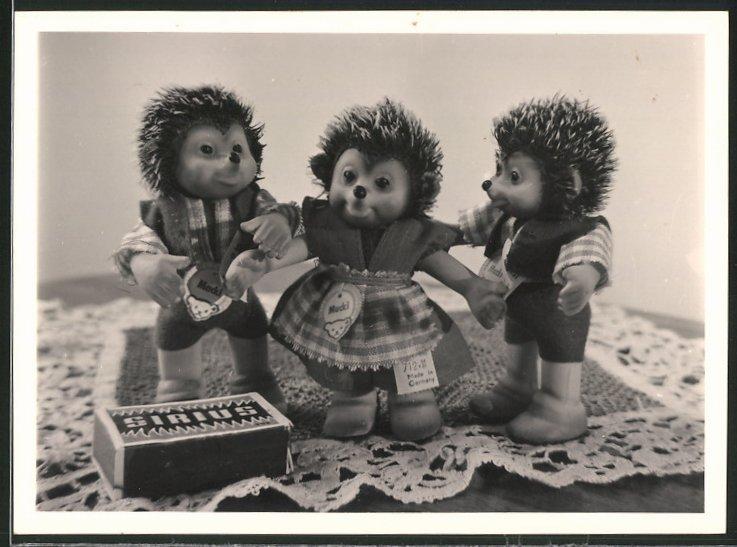 Fotografie Mecki-Puppen mit Packung Sirius-Streichhölzer