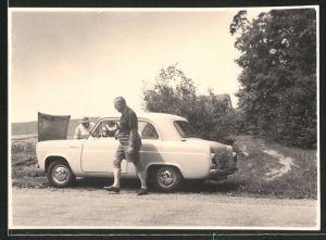 Fotografie Auto, PKW mit Panne steht am Strassenrand