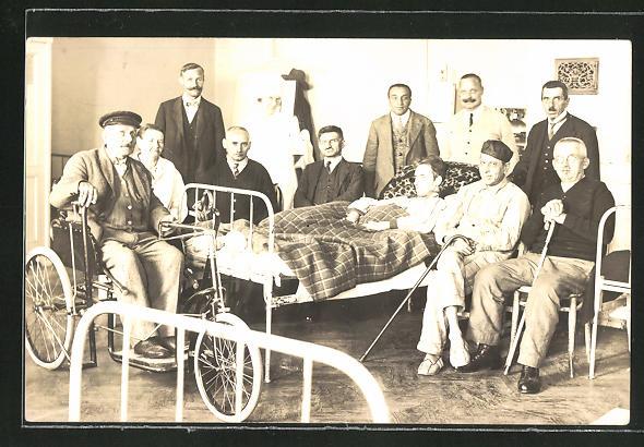 Foto-AK Kranker bekommt Besuch, Alter Mann im Rollstuhl