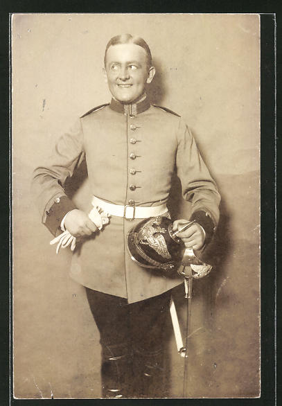 AK lächelnder, deutscher Soldat mit Pickelhaube, Uniformfoto