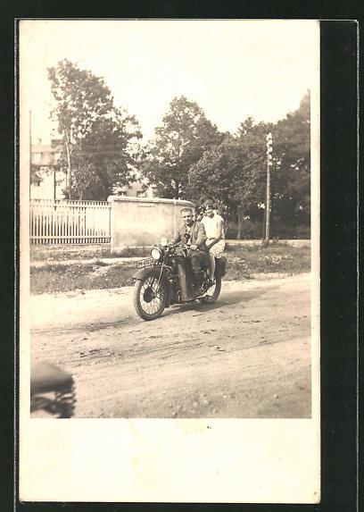 AK Mann und Frau sitzen auf einem NSU-Motorrad