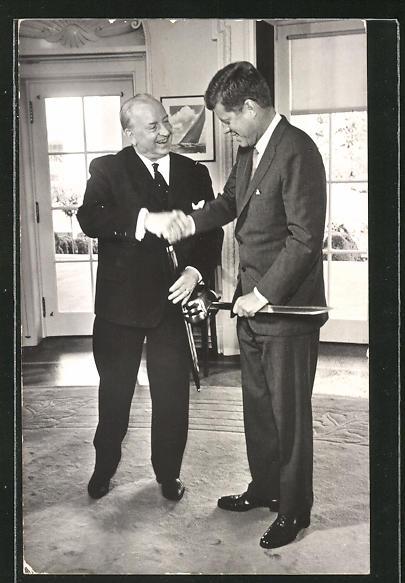 AK Präsident Kennedy der USA reicht einem Mann die Hand
