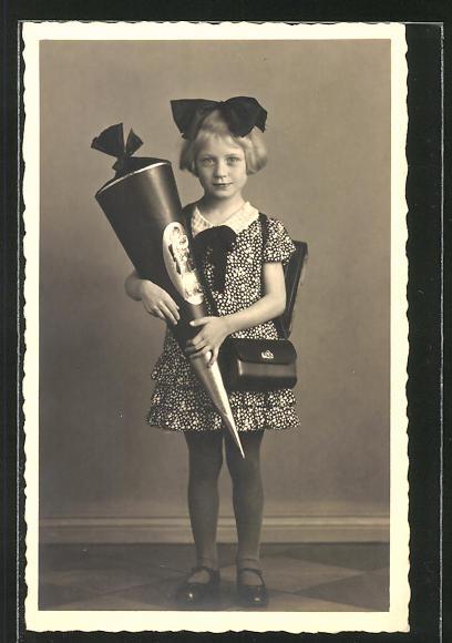 AK Mädchen mit grosser Schleife, Schulranzen und Tüte zum Schulanfang