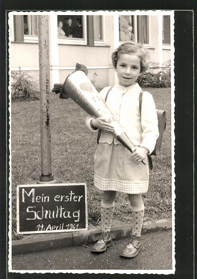 AK Mädchen mit Schultüte am ersten Schultag