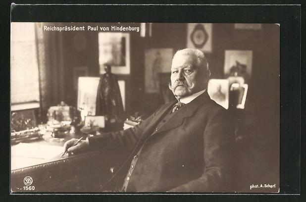 AK Reichspräsident Paul von Hindenburg an seinem Schreibtisch
