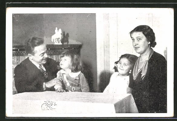AK Bundeskanzler Dollfuss mit Frau und Kindern am Tisch sitzend