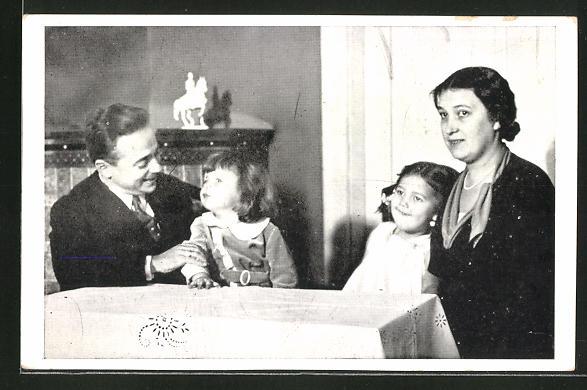 AK Bundeskanzler Dollfuss mit seiner Familie am Tisch sitzend