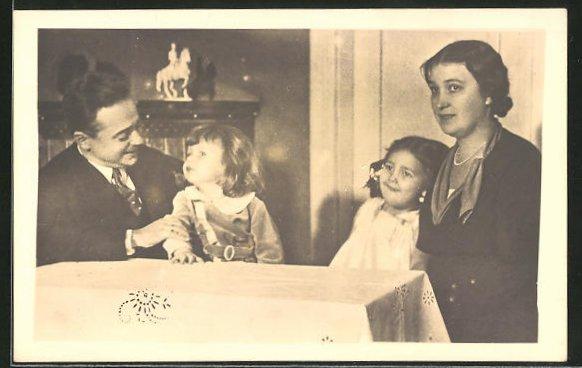 AK Bundeskanzler Dollfuss mit Kindern und Gemahlin am Tisch