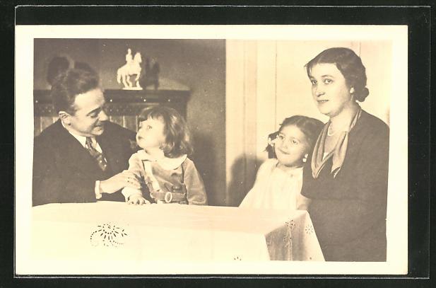 AK Bundeskanzler Dollfuss mit seiner Frau und den Kindern am Tisch sitzend