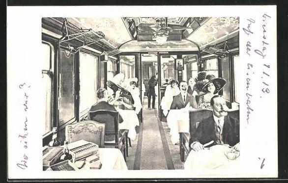 AK Gäste im Speisewagen einer Eisenbahn