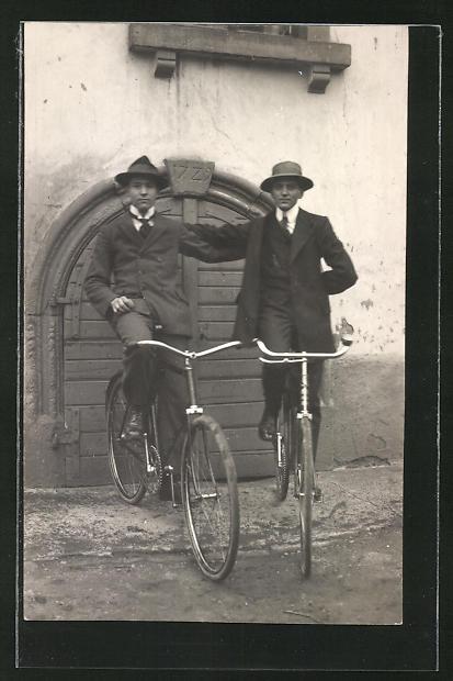 AK Junger Männer auf ihren Fahrrädern