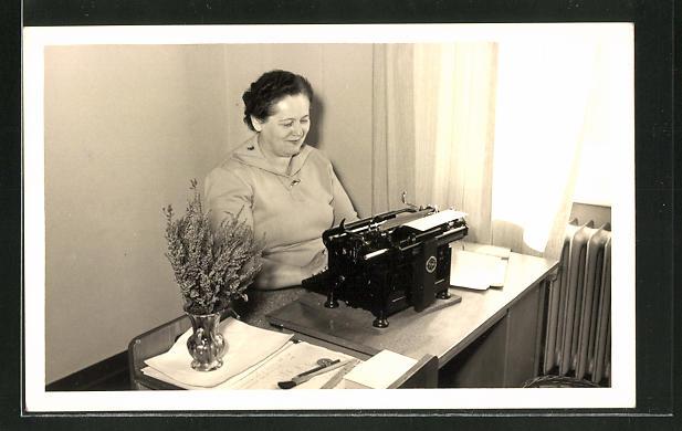 AK Frau tippt auf einer Schreibmaschine im Büro