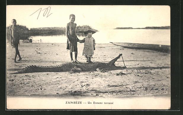 AK Sambesi, Kind mit einem Krokodil