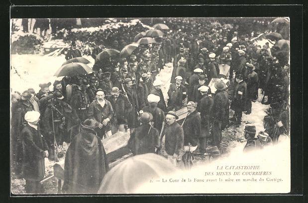 AK Courrieres, Grubenunglück, Bestattungszug der verunglückten Bergarbeiter über den Markt