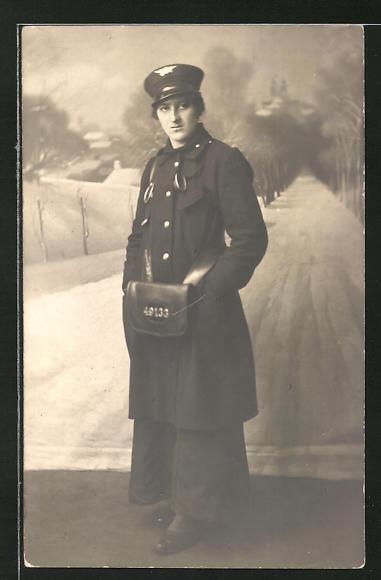 Foto-AK Briefträgerin in einer winterlichen Studiokulisse
