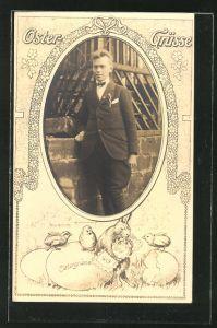 Foto-AK Portrait eines jungen Mannes im Passepartout, Osterhase mit Küken