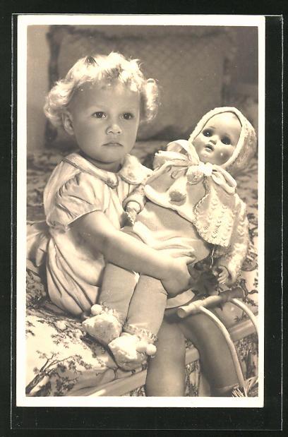 AK Kleinkind mit Puppe im Arm