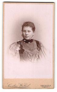Fotografie Gustav Wetzel, Dresden, Portrait Mädchen mit zusammengebundenem Haar