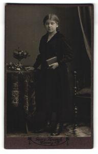 Fotografie Georg Kroczyk, Coswig i/S, Portrait Mädchen in festlicher Kleidung