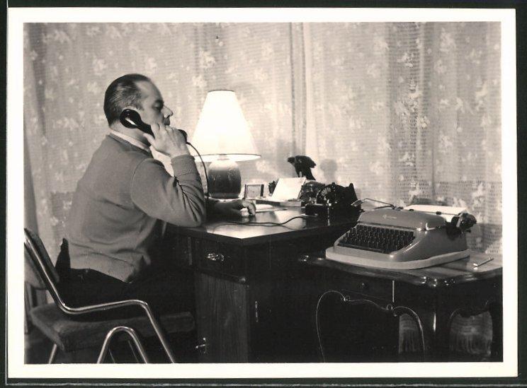 Fotografie Mann mit Telefon im Arbeitszimmer, Schreibmaschine