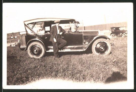 Fotografie Auto Cabrio, Fahrer lehnt lässig am PKW