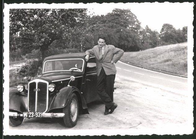 Fotografie Auto DKW, Fahrer lehnt lässig am PKW