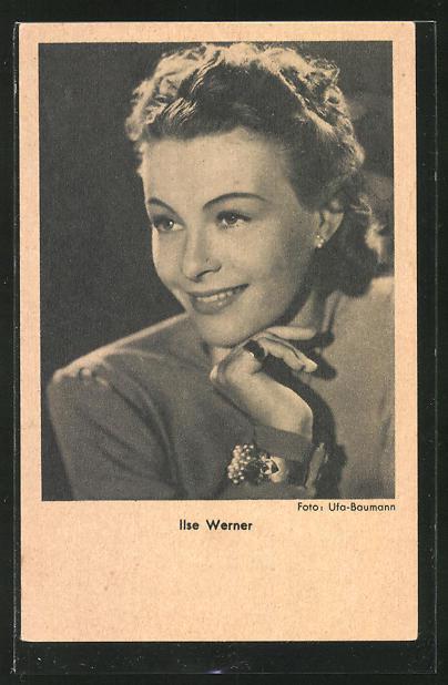 AK Schauspielerin Ilse Werner lächelnd den Kopf auf die Hand gestützt