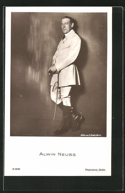 AK Schauspieler Alwin Neuss an einer Wand stehend