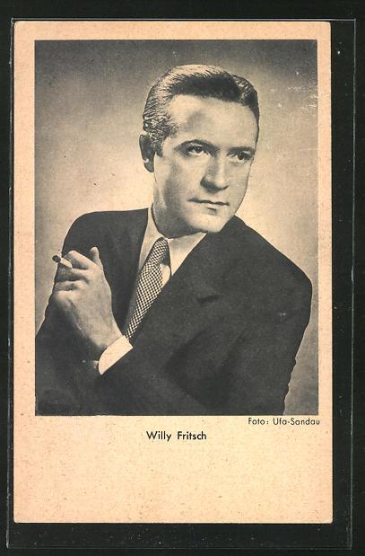 AK Schauspieler Willy Fritsch mit Zigarette ernst zur Seite schauend