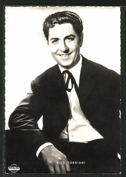 AK Schauspieler Vico Torriani im Anzug in die Kamera lächelnd