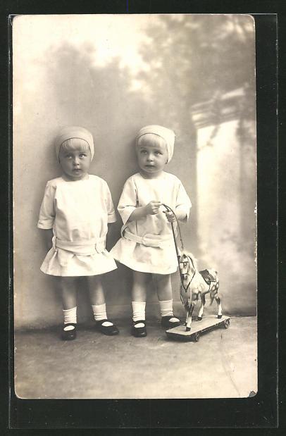 AK zwei kleine Mädchen mit Schaukelpferd