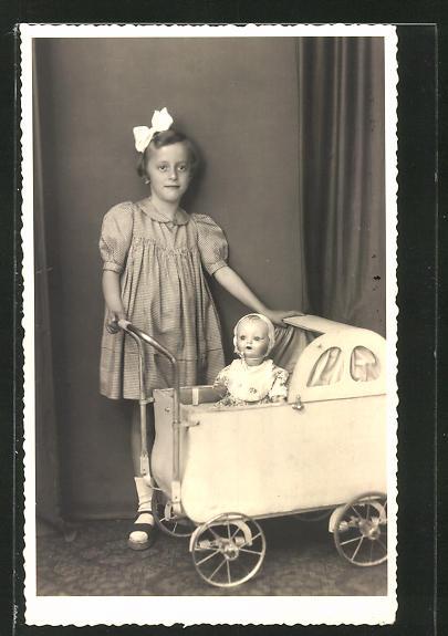 AK Mädchen mit Puppe im Kinderwagen